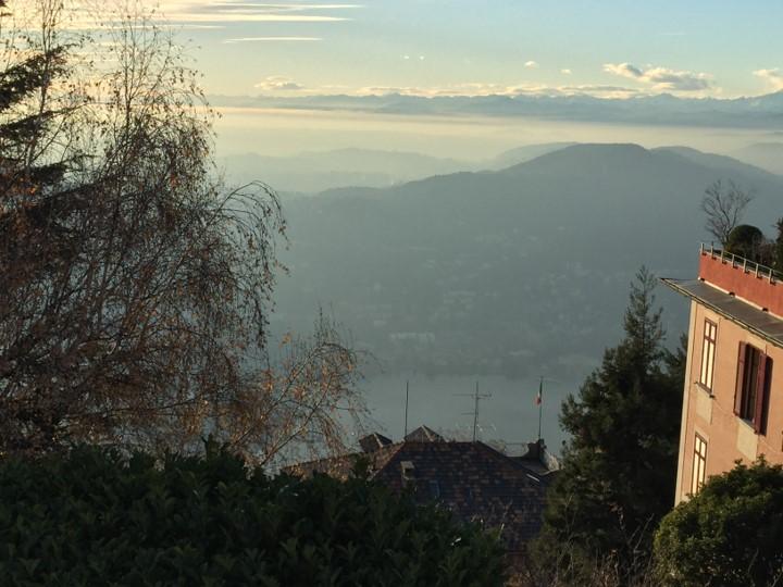 widok na miasto i jezioro