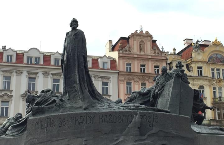 Rynek Staromiejski - pomnik Jana Husa