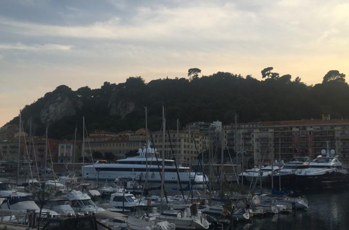 Stary Port w Nicei, w tle Wzgórze Zamkowe