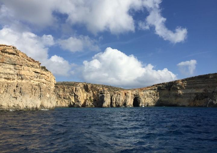 skały wystające z wody