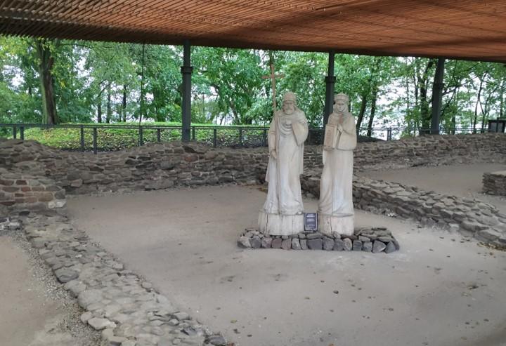 pozostałości dawnej budowli pałacowo-sakralnej