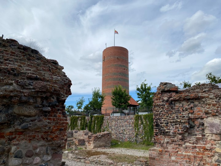 ruiny zamku krzyżackiego i Wieża Klimek
